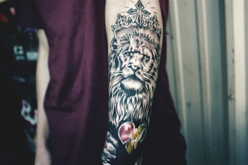 King Lion And Heart Tattoo Design photo - 1